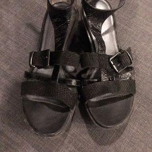 Kenneth Cole black patent T strap sandals